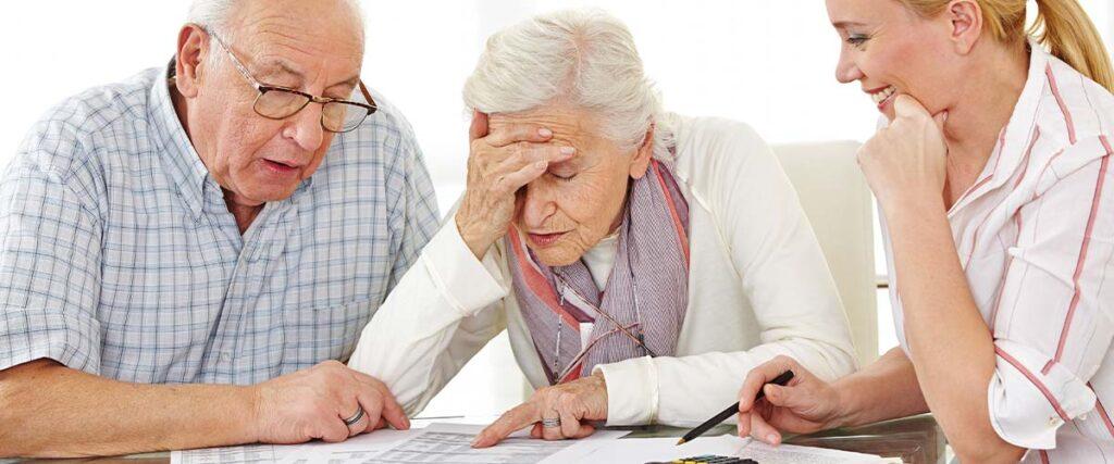 Ett pensionärspar får rådgivning av en pensionsrådivare.